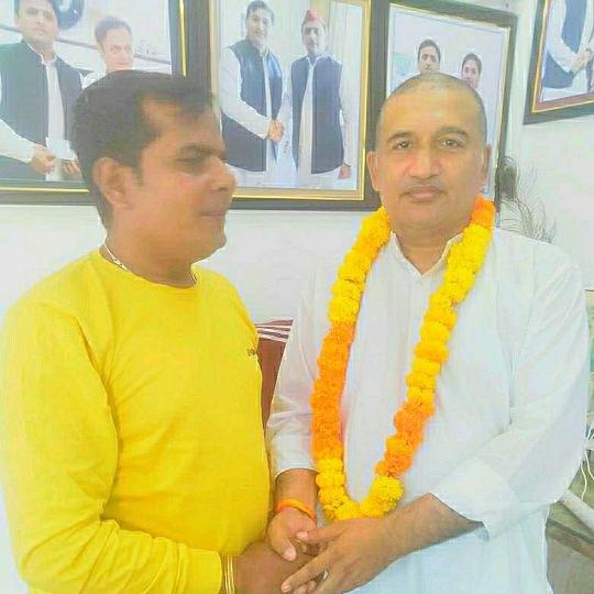 Film actor Ajay Yadav Formally Met SP Leader Rajendra Bahadur Yadav Discussion On Setting up a Shooting Hub in Mungra Badshahpur Jaunpur