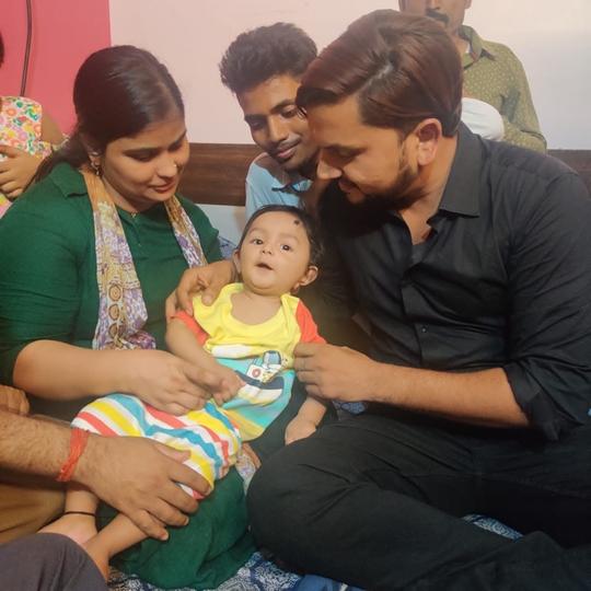 Bhojpuri Superstar Gunjan Singh Met Innocent Ayansh  A Victim Of Rare Disease  Provided Financial Help